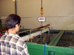 Uso de las ganchos de pesar en una instalación de galvanizado (2).