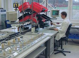 Comprobación de pesajes con una balanza en un laboratorio.