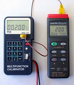 Calibradores PCE-123 calibrando un termometro de contacto.