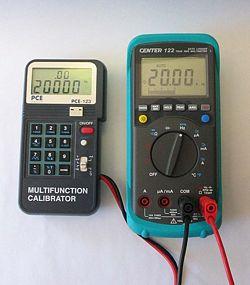Calibradores PCE-123 calibrando un multimetro.