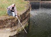 Realizando una medición de la velocidad y el caudal de un río con los caudalimetros