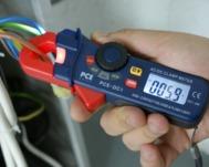 Los comprobadores de tensión serie PCE-DC1 en uso.
