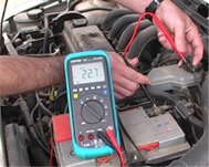 Comprobando las masas eléctricas de un vehículo con los comprobadores de tensión serie C-122.