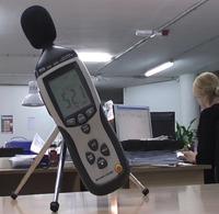 Medición del nivel de ruido en una fábrica con los sónometros PCE-322A.