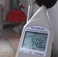 Comprobación del nivel de ruido en un puesto de trabajo con los dosímetros acústicos PCE-353.