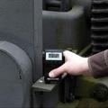 Espesímetros de capas  midiendo una capa de laca o barnizado sobre una base de madera.