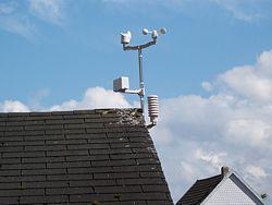 Mástil de las estaciones meteorológicas colocado para su uso.