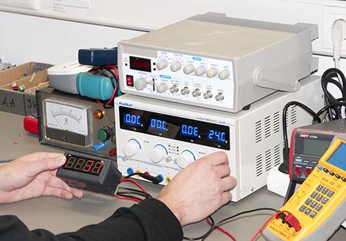 Imagen de uso de las fuentes de alimentacion en un laboratorio