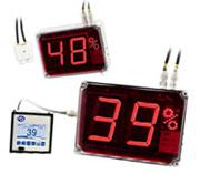 Los indicadores digitales con pantalla gigante procesan la señal de los sensores de temperatura y los indican en pantalla.