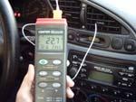 Lectores de temperatura TL-305 para realizar mediciones de temperatura en aire del interior de un coche.