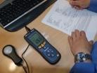 Luxómetros PCE-172 realizando una medición en el entorno de un PC en una oficina.