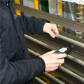 Medidores de espesores de capas midiendo una capa de laca o barnizado sobre base de madera.