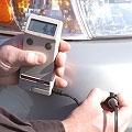 Medidores de espesores de capas midiendo una capa de plástico.