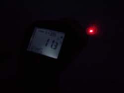 Los medidores láser de temperatura PCE-889 trabajando en la oscuridad.