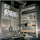 Vista de un cuadro electrico para hacer una medición con los óhmetros.