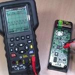 Midiendo la tensión de red con los ohmetros serie PCE-OC1.