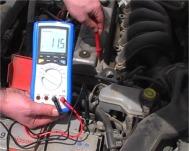 Comprobando las masas de una batería con los ohmetros serie PKT-3315.