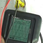 Midiendo la tensión de red con los tester de cables PCE-OC1.