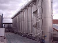 Depósitos de una bodega y destilería, con aguardiente, en la que se determina el grado alcohólico con los refractómetros.