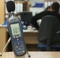 Medición del nivel de ruido en una oficina con los sónometros PCE-322A.