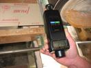 Realizando una medición con los tacómetros de mano con contacto.