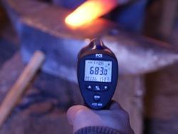 Comprobación de la temperatura en un trabajo de forja con los termómetros infrarrojo