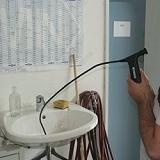 Video-endoscopios inspeccionado un desagüe.