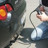 Endoscópio inspecionando o tubo de escape de um carro