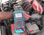 Comprobando las masas eléctricas de un vehículo con la serie de voltímetros PCE-DM22