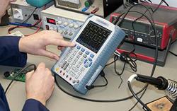 Comprobación en un laboratorio con los voltímetros PCE-DSO8060