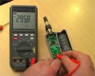 Comprobando las conexiones de un aparato con la serie de voltímetros W-20 TRMS.