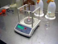 Uso de la balanza compacta de la serie PCE-BS en laboratorio.