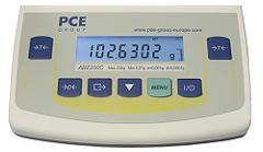 Display de la balanza dosificadora con indicador de rango e iluminación de fondo.