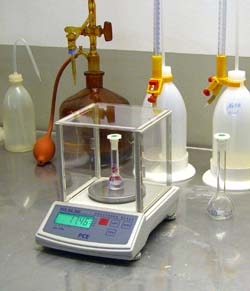 Uso de la balanza de laboratorio de la serie PCE-BS en laboratorio.