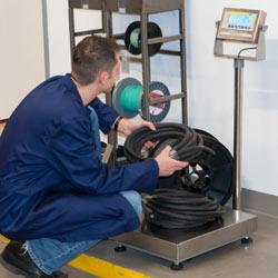 Uso de la balanza de plataforma serie PCE-EP P para determinar la longitud de cables
