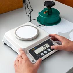 Medición del papel con la balanza de precisión serie PCE-DMS