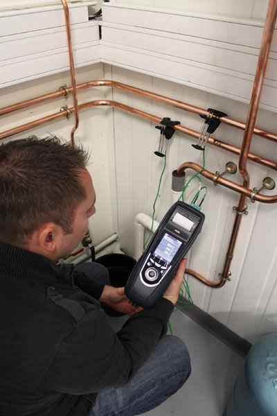 Comprobación de la temperatura con los termopares tipo K opcionales del analizador de combustion