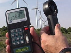 Realizando una medición de la velocidad del aire con el anemometro.