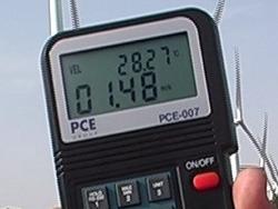 Vista alzada de la pantalla del anemometro PCE-007 después de realizar una medición.