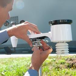 Imagen instalando los sensores del anemómetro de veleta