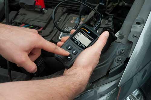Imagen de uso del comprobador de baterías de coche