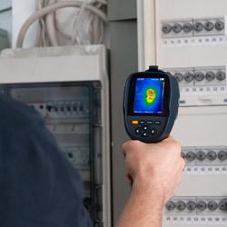 Medición en un cuadro eléctrico con la camara infrarroja PCE-TC 33N