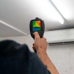 Imagen de uso de la camara infrarroja PCE-TC 33N