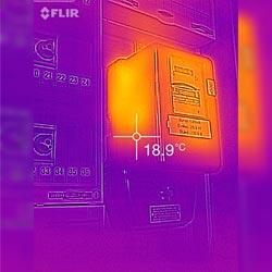 La cámara IR FLIR ONE para teléfono móvil midiendo en un contador de la luz.
