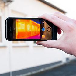 Camara IR para teléfono móvil haciendo una termografía de un edificio