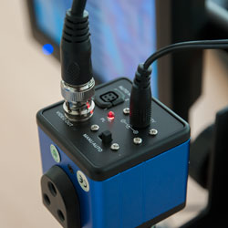 La cámara microscópica permite iluminar un objeto a través de un LED integrado.