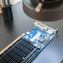 La pantalla LCD de la cámara microscópica permite almacenar simultáneamente imágenes y videos
