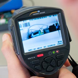 Aquí se aprecia la unidad de mando y la pantalla de la cámara térmica PCE-TC 34