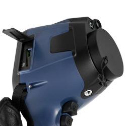 En el lateral de la cámara térmica PCE-TC 34 se encuentra la ranura de la tarjeta SD