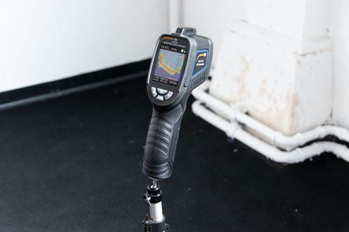 La cámara termográfica montada sobre un trípode
